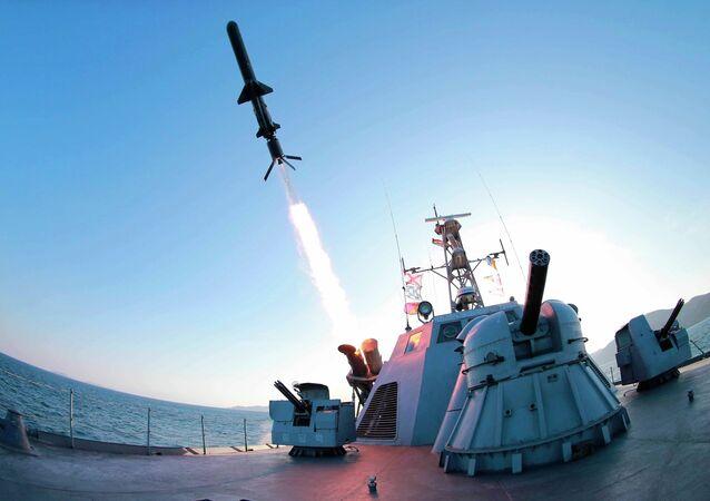 Un cohete lanzado de un buque de guerra norcoreano durante las pruebas de un nuevo tipo de misiles antibuque