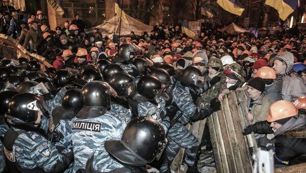 Fuerzas de Seguridad ucranianas y protestantes antigubernamentales en la Plaza de la Independencia (Maidán) de Kiev - Sputnik Mundo