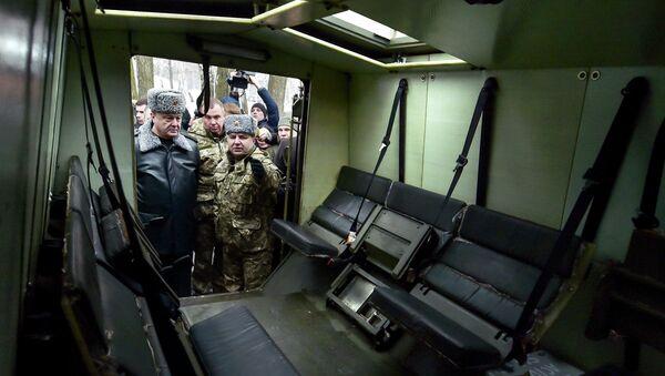 Petró Poroshenko inspeccionan vehículo blindado ligero Saxon - Sputnik Mundo
