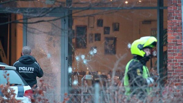 Police presence is seen next to damaged glass at the site of a shooting in Copenhagen February 14, 2015 - Sputnik Mundo
