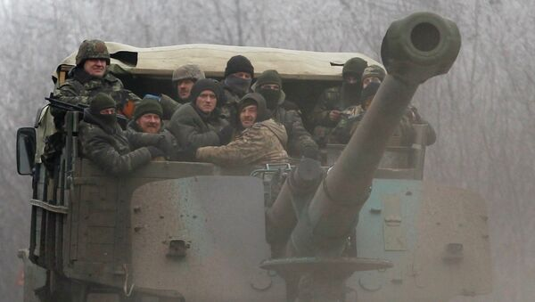 Ukrainian government soldiers ride on a vehicle on the road between the towns of Dabeltseve and Artemivsk, Ukraine, Saturday, Feb. 14, 2015 - Sputnik Mundo