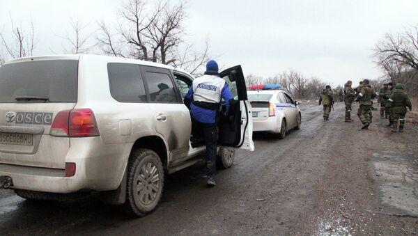 Автомобили ОБСЕ и полиции, которые сопровождают колонну автобусов, прибывших в Дебальцево - Sputnik Mundo