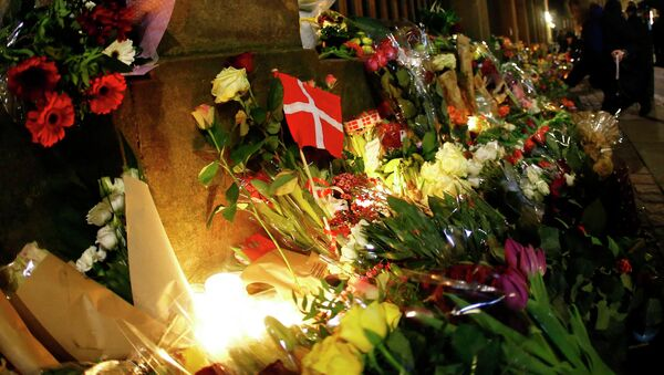 The Danish flag is pictured at a memorial for the victims of the deadly attacks in front of the synagogue in Krystalgade in Copenhagen, February 15, 2015. - Sputnik Mundo