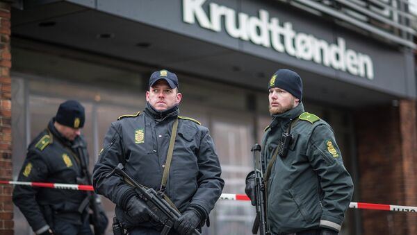 Police guard the scene of a shooting at cafe 'Krudttonden,' which was hosting a free speech event, in Oesterbro, Copenhagen, February 16, 2015 - Sputnik Mundo