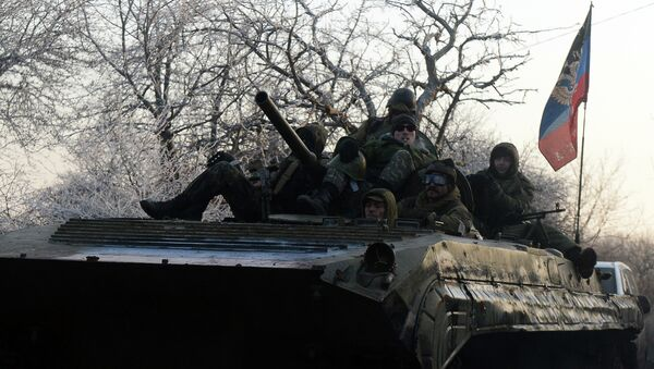 Pro-Russian separatists ride an Armoured Personnel Carrier (APC) bearing the flag of the Donetsk People's Republic near the eastern Ukrainian city of Uglegorsk on February 15, 2015 - Sputnik Mundo