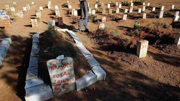 Cementerio de combatientes kurdos, murieron en bombardeos y enfrentamientos con el EI en Kobani y sus proximidades - Sputnik Mundo