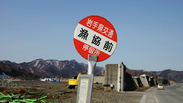 A sign of bus stop in front of a damaged breakwater structure in Otsuchi, Iwate Prefecture, northeastern Japan - Sputnik Mundo