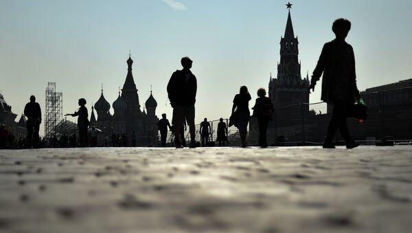 People walk along the Red Square in central Moscow on September 12, 2014 - Sputnik Mundo