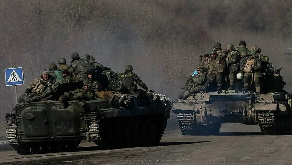 Ukrainian servicemen are seen near Artemivsk as they leave an area around Debaltseve, February 18, 2015 - Sputnik Mundo