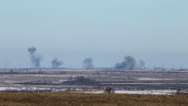 Smoke rises from shelling by the separatist self-proclaimed Donetsk People's Republic Army near the town of Debaltseve February 18, 2015 - Sputnik Mundo