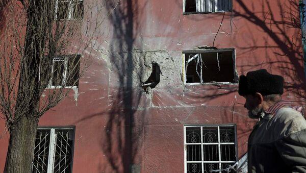 House damaged by fighting in the town of Vuhlehirsk near Debaltseve February 18, 2015 - Sputnik Mundo