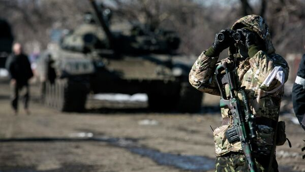 El miliciano de la autoproclamada República Popular de Donetsk, en puesto de control en la carretera de la Uglegorsk a Debáltsevo - Sputnik Mundo