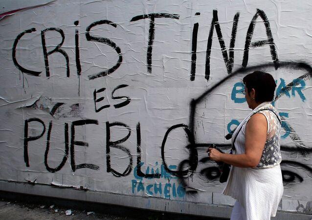 Inscripción  Cristina es pueblo en la calle de Buenos Aires