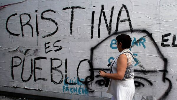 A woman walks past graffiti reading Cristina (Fernandez de Kirchner) is the people in Buenos Aires, January 24, 2015 - Sputnik Mundo