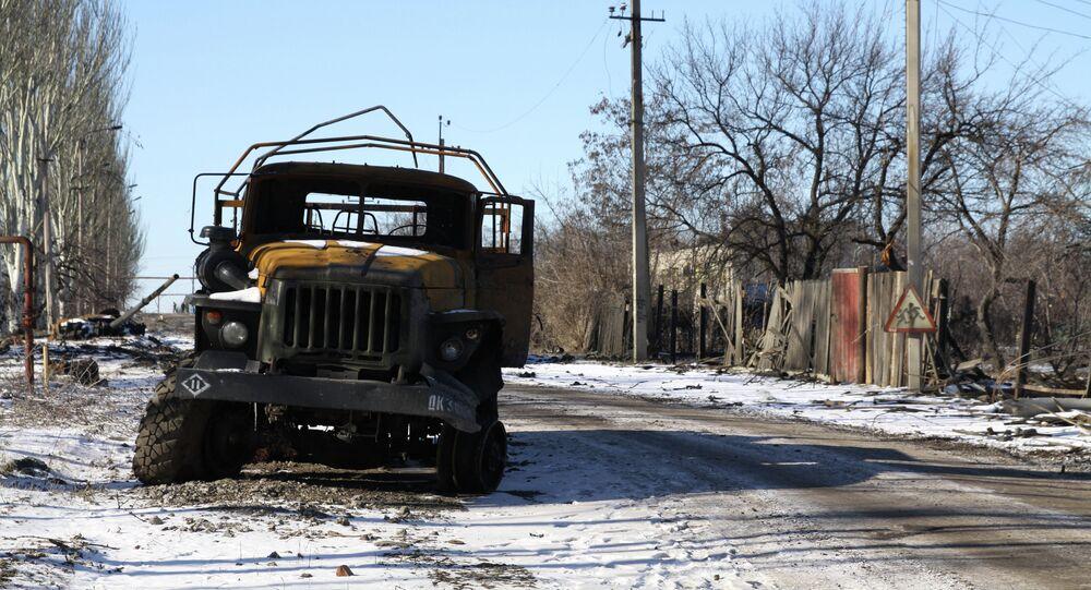 Quemado vehículo militar en una calle de Uglegorsk, 18 de febrero, 2015