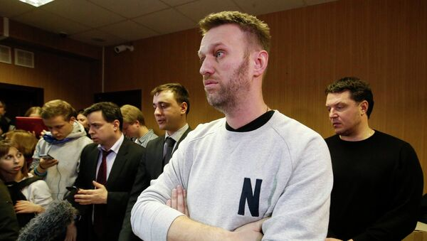 Alexei Navalny (front) attends a court hearing in Moscow - Sputnik Mundo