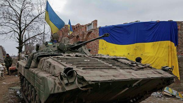 An armoured personnel carrier of the Ukrainian armed forces is seen near Debaltseve, eastern Ukraine, February 20, 2015 - Sputnik Mundo