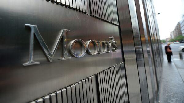 Moody's pone a revisión a la baja la nota soberana de Rusia - Sputnik Mundo
