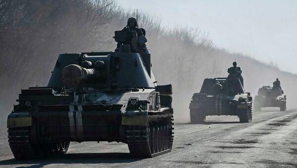 Ukrainian servicemen ride self-propelled howitzers near Artemivsk February 21, 2015 - Sputnik Mundo