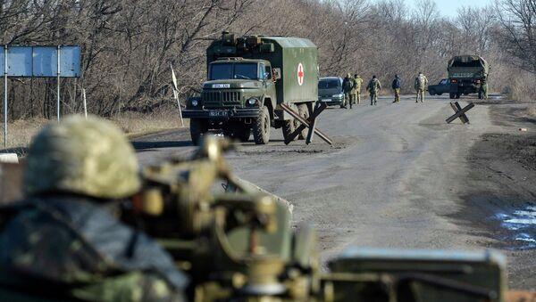 Ukrainian serviceman on a road outside Artemivsk, February 21, 2015 - Sputnik Mundo