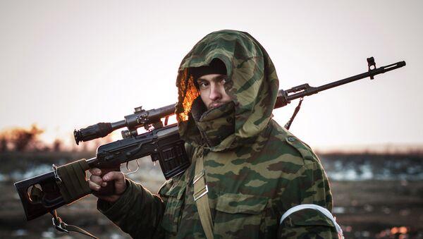 Ополченец Донецкой народной республики (ДНР) в поселке Логвиново на Донбассе - Sputnik Mundo