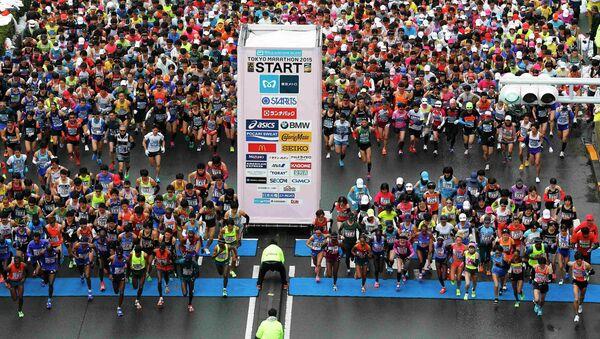 Runners fill the street at the start of the Tokyo Marathon in Tokyo February 22, 2015 - Sputnik Mundo