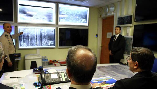 Turkish Prime Minister Ahmet Davutoglu (R) receives an update on the operation Shah Euphrates, February 22, 2015 - Sputnik Mundo