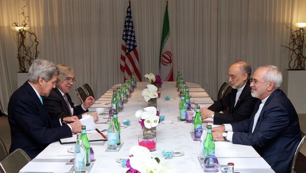 U.S. Secretary of State John Kerry and U.S Energy Secretary Dr. Ernest Moniz sit across from Iranian Foreign Minister Javad Zarif and Dr. Ali Akbar Salehi, the Vice President of Iran for Atomic Energy and President of the Atomic Energy Organization of Iran - Sputnik Mundo