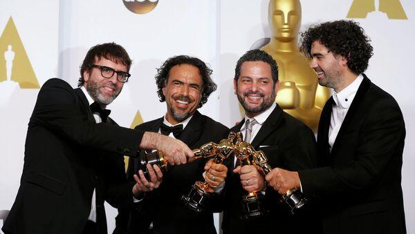 Nicolas Giacobone, Alejandro G. Iñárritu, Alexander Dinelaris Jr. y Armando Bo en la ceremonia de los Oscar - Sputnik Mundo