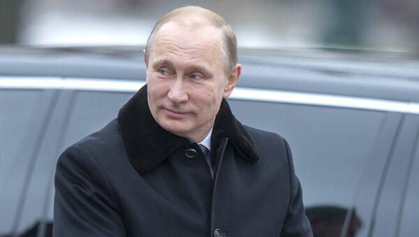 Президент РФ В.Путин возложили венок к Могиле Неизвестного Солдата - Sputnik Mundo