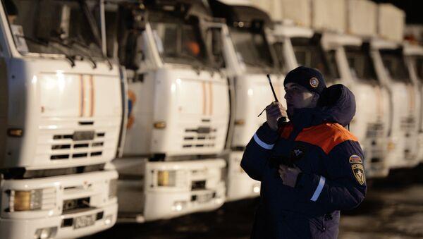 Сотрудник МЧС РФ в Ногинске у грузовых автомобилей с российской гуманитарной помощью для жителей Донбасса. - Sputnik Mundo