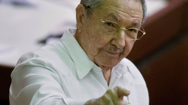 Cuba's President Raul Castro points to the press during the closing of the legislative session at the National Assembly in Havana - Sputnik Mundo
