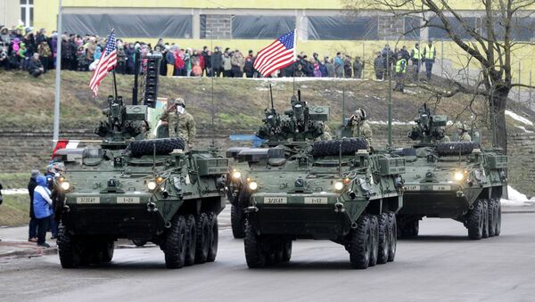U.S. soldiers attend military parade celebrating Estonia's Independence Day near border crossing with Russia in Narva - Sputnik Mundo