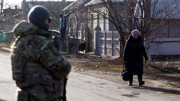 Ukrainian armed forces seen in the foreground, in the settlement of Velyka Novosilka, Donetsk region, February 24, 2015 - Sputnik Mundo