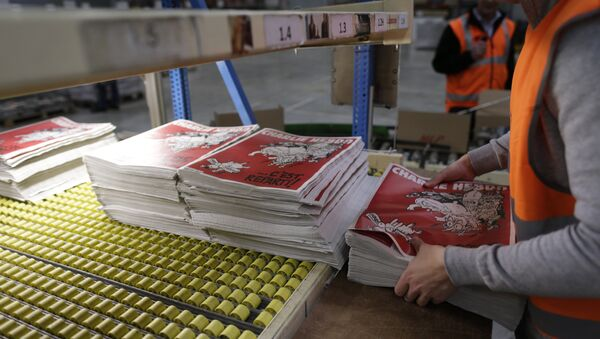 An employee checks the forthcoming edition of the weekly newspaper Charlie Hebdo, on February 24, 2015 in Villabe, south of Paris - Sputnik Mundo