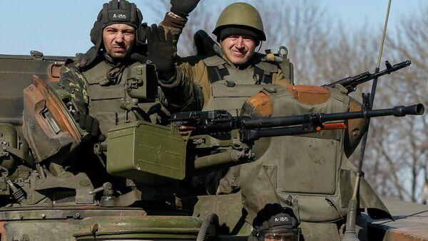 Members of the Ukrainian armed forces ride an armoured personnel carrier near Artemivsk, eastern Ukraine, February 22, 2015 - Sputnik Mundo