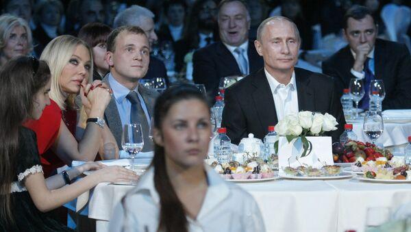 Ornella Muti (izda.) en una cena de beneficencia organizada por Vladímir Putin - Sputnik Mundo