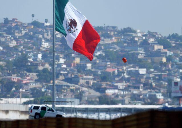 Bandera de México cerca de frontera México-Estados Unidos