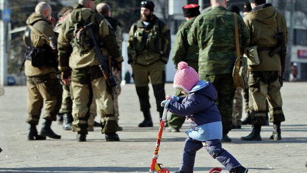 A child plays near Russia-backed separatists in Donetsk, Ukraine Feb. 23, 2015 - Sputnik Mundo