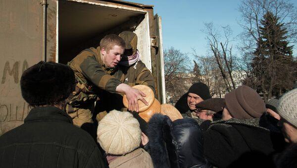Раздача гуманитарной помощи жителям Дебальцево - Sputnik Mundo