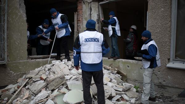 Organization for Security and Co-operation in Europe (OSCE) monitors investigate outside a kindergarten damaged in Saturday's shelling in which scores of people were killed and injured in Mariupol - Sputnik Mundo