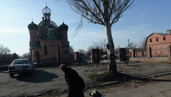 Женщина везет тележку с углем в поселке Октябрьский рядом с аэропортом города Донецка - Sputnik Mundo
