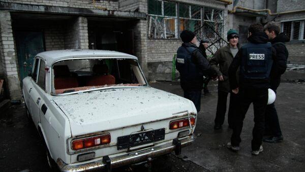 Житель пострадавшего от обстрела жилого многоэтажного доме в Киевском районе города Донецка разговаривает с журналистами. - Sputnik Mundo