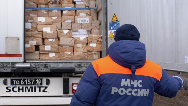 Шестнадцатый гуманитарный конвой для жителей юго-востока Украины сформирован в Ростовской области - Sputnik Mundo