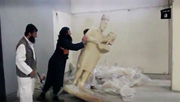Militantes del EI destruyen estatuas en el museo Ninawa, en Mosul. Febrero de 2015 - Sputnik Mundo