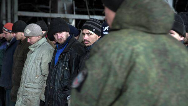 Prisioneros ucranianos en el aeropuerto de Donetsk - Sputnik Mundo
