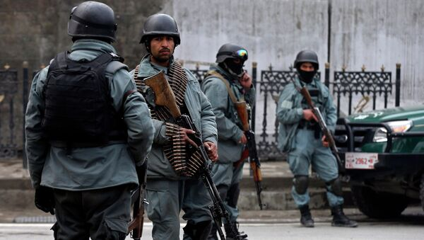 Afghan policemen stand at the site of a suicide attack in Kabul February 26, 2015 - Sputnik Mundo