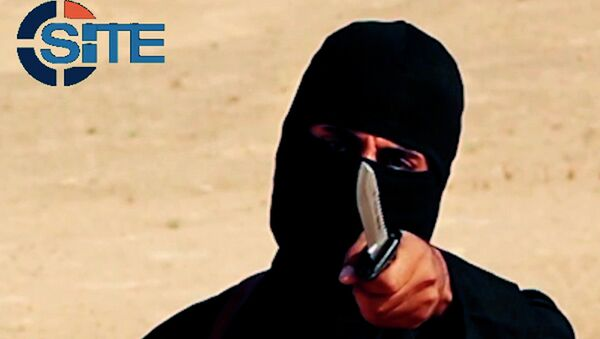 A masked, black-clad militant, Mohammed Emwazi, brandishes a knife in this still image from a 2014 video obtained from SITE Intel Group February 26, 2015 - Sputnik Mundo