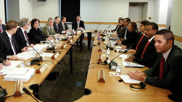 U.S. Assistant Secretary of State for Western Hemisphere Affairs Roberta Jacobson (3rdL), head of the U.S. delegation; and Josefina Vidal (4thR), director general of the U.S. Division of the Ministry of Foreign Affairs and head of the Cuban delegation, meet with their delegations at the State Department in Washington February 27, 2015 - Sputnik Mundo