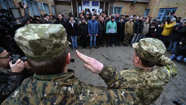Призывники в украинскую армию на одном из призывных пунктов в Киеве. - Sputnik Mundo